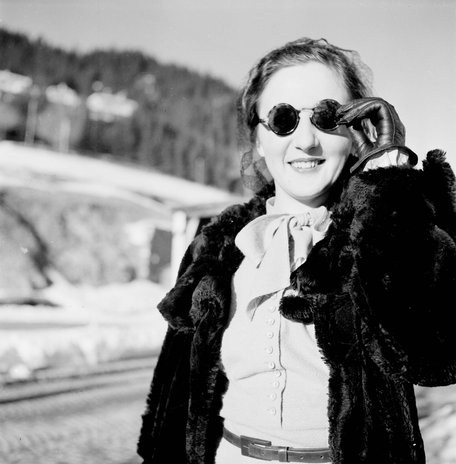 Jeune femme aux lunettes de soleil